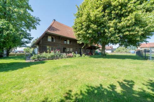 Verkauft: 6 - Zi. Einfamilienhaus in 5037 Muhen: Historisches Hochstudhaus mit idyllischem Umschwung