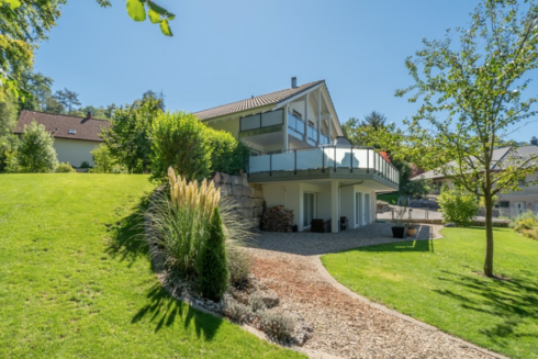 Verkauft: 8.5 - Zi. Einfamilienhaus in 4663 Aarburg: Wohnjuwel am Waldrand mit Blick auf den Born